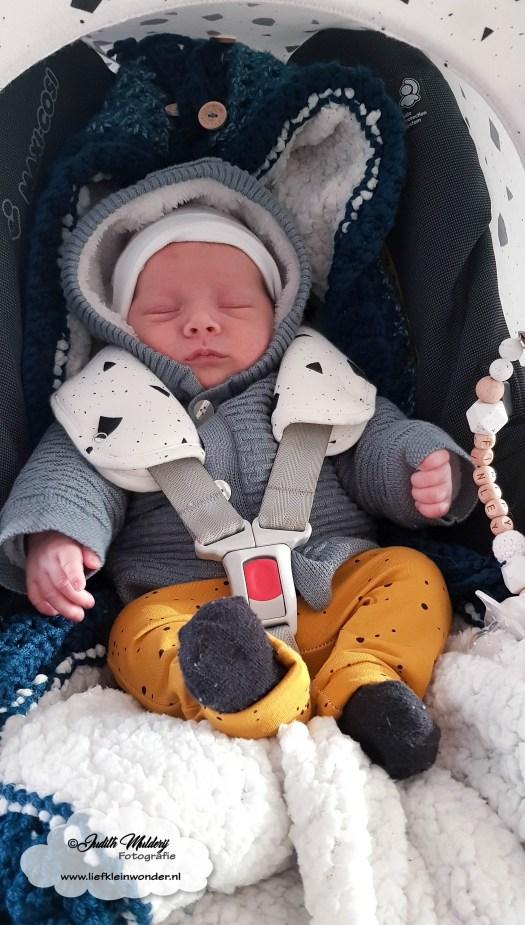 Finley 1 maand oud borstvoeding mama blog baby newborn pasgeboren afgevallen aangekomen 3820 gram fotoshoot foto's brandrep www.liefkleinwonder.nl Maxi Cosi verkleiner verwijderen er uit