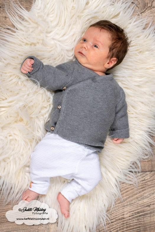 Finley 5 weken oud baby newborn borstvoeding mama pasgeboren mama blog foto shoot www.liefkleiwonder.nl geboorte pakje