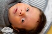 Finley 5 weken oud baby newborn borstvoeding mama pasgeboren mama blog foto shoot www.liefkleiwonder.nl ontwikkeling reageren op je stem