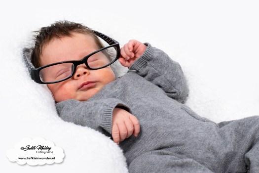 Finley 5 weken oud baby newborn borstvoeding mama pasgeboren mama blog foto shoot www.liefkleiwonder.nl baby bril