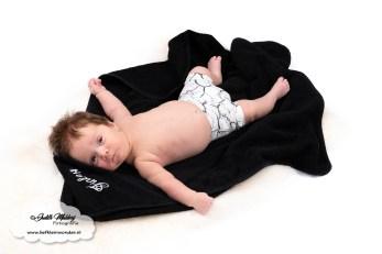Badcape met naam geborduurd - Koter Kado - Mama blog brandrep muts met naam baby newborn geboortepakje gepersonaliseerd www.liefkleinwonder.nl Finley foto's fotoshoot