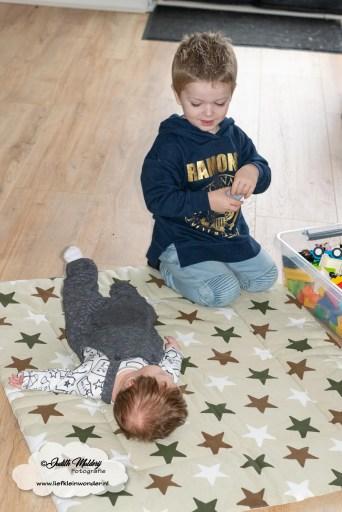 Finley 11 weken oud ontwikkeling blog baby newborn mama blogger opvoeding borstvoeding brandrep  samen spelen grote broer