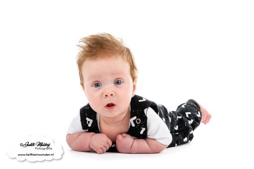 Finley 4 maanden oud vierde sprongetje sprong oei ik groei ontwikkeling baby mama blog monochrome www.liefkleinwonder.nl