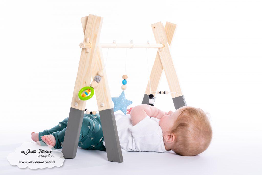 Houten babygym kidseas grijs monochrome siliconen speeltjes review blog mama blog www.liefkleinwonder.nl