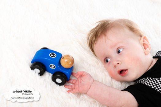 Finley 6 maanden oud ontwikkeling mama blog brandrep sizclothes baby half jaar www.liefkleinwonder.nl speelgoed vastpakken grijpen