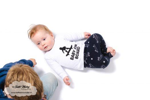 Finley 6 maanden oud ontwikkeling mama blog brandrep sizclothes baby half jaar www.liefkleinwonder.nl broers