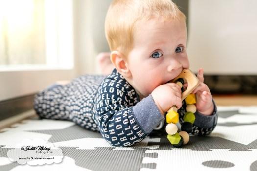 Finley 8 maanden oud ontwikkeling baby mama blog www.liefkleinwonder.nl bijtringen