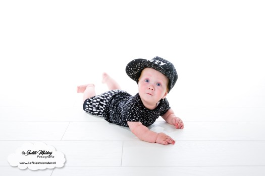 Sweet and small monochrome neon baby en kinderkleding babykleding review mama blog shoppen aankopen www.liefkeinwonder.nl zwart wit shirt stippen spetters monochrome krijtstreep verf