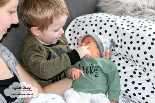 de kraamweek dagen eerste nacht borstvoeding kraamverzorgster kraamzorg baby grote broer kleertjes prenatal maat 50 44 mama blog fotograaf brandrep www.liefkleinwonder.nl baby broertje op schoot
