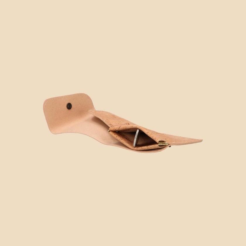 Portefeuille en liège modèle Aurae vue ouvert couché couleur naturel