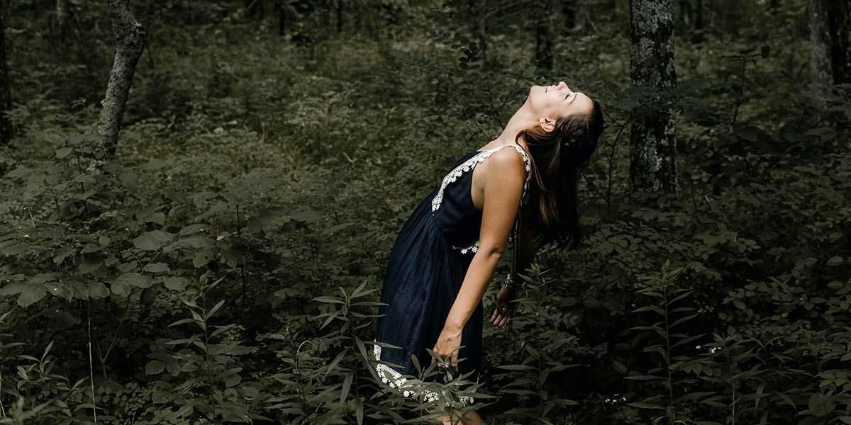 Femme ecologique dans la nature avec un sac en liège en cadeau