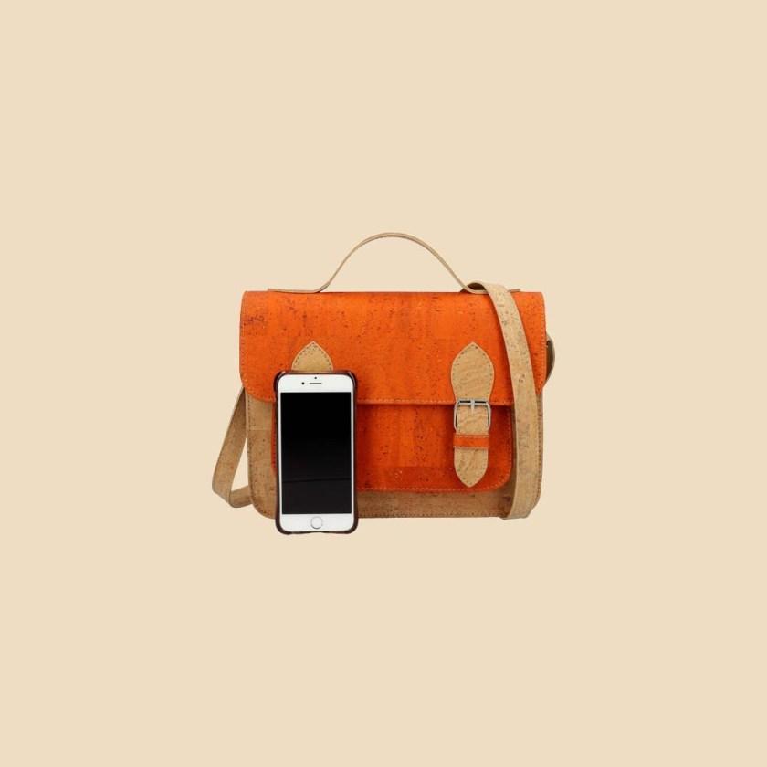Sac bandoulière en liège modèle Pearl vue téléphone couleur orange