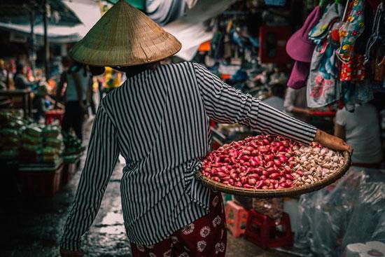 Vendeuse de légumes au Marché de Dong Ba, Vietnam