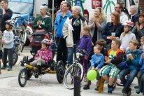 bequemes sitzen und Fahrradtricks anschauen