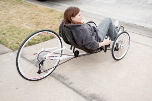 mit Multiple Skleroza auf Dreirad - Denise