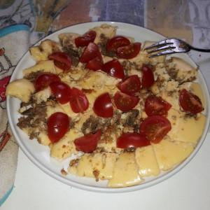 Omlete ar truša pastēti un svaigiem ķirštomātiem