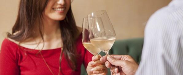 ワイングラスで乾杯する女性