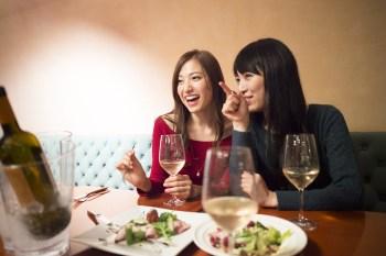 食事する女性二人