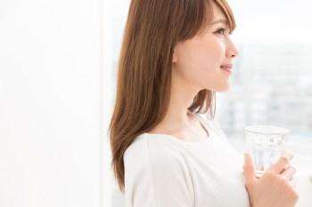 グラスを持つ女性