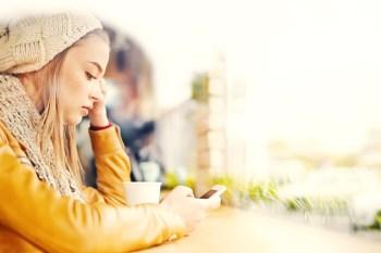 一人 カフェ 携帯 スマホ