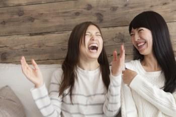 笑う女性二人