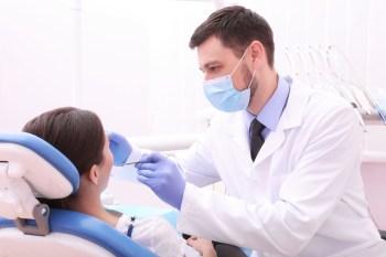 歯の治療を受ける女性