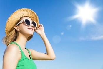 夏 太陽 日差し 麦わら帽子 サングラス 空