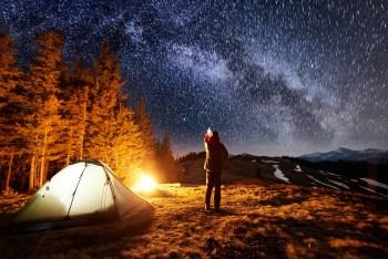 星空の下でキャンプする人