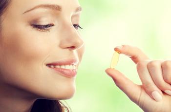 美容健康サプリメントを飲む女性