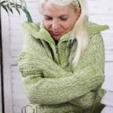 寒がりな厚着の女性