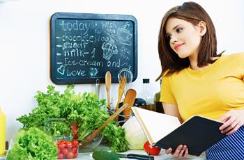 キッチンで献立メニューを考える女性