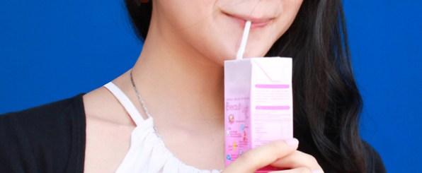 美容ドリンクを飲む女性