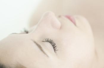 睫毛が長くてキレイな女性