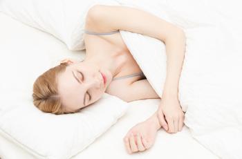 ぐっすりと眠る女性