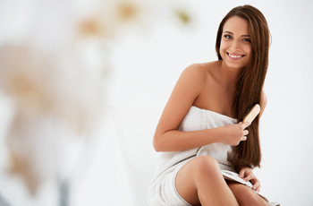 髪をブラシでとかす女性/ドライシャンプーをする女性
