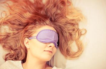 アイマスクをつけて眠っている女性