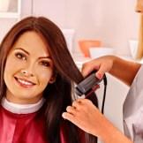縮毛矯正をかける女性/美容院