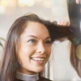 美容院でヘアセットをしてもらう女性