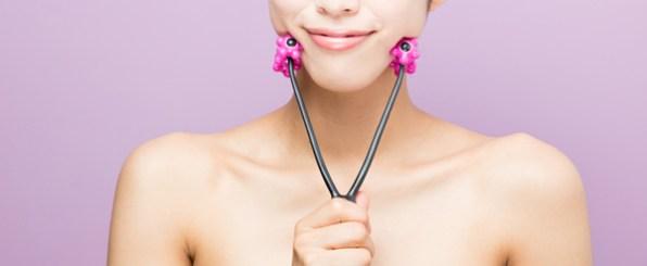 小顔ローラーを使う女性/フェイスローラー/美顔器