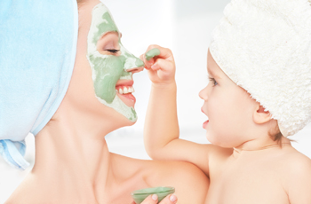 スキンケアパックをする女性と赤ちゃん