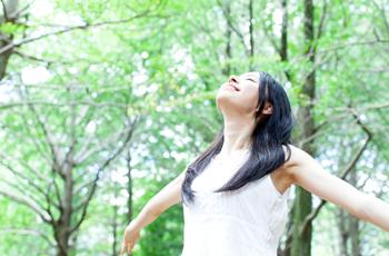 深呼吸をする女性/森林浴