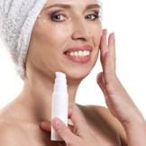 化粧水を持った女性/アンチエイジング