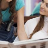 美容院で髪を染めるためにカラーの相談をする女性