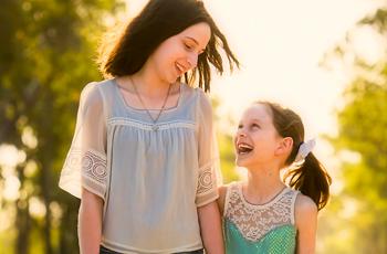笑い合う母親と娘