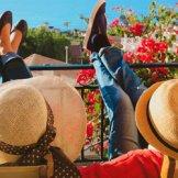 新婚旅行のお土産は職場・両親・親戚…どこまで渡すべき?