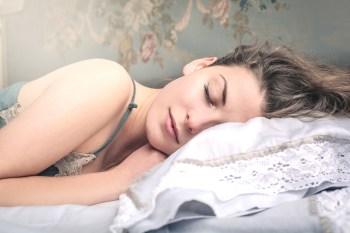 350 寝る 眠る 女性 夜