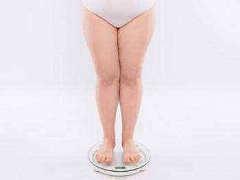 体型に驚く女性