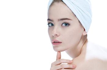 髪をタオルでまとめた女性