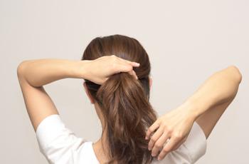髪をポニーテールに結ぶ女性