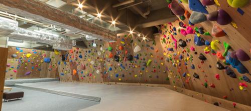 壁、登ります。ボルダリングで全身運動!